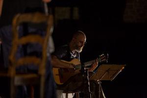 Presentació del llibre Tornar de Noemí Morral a la Plaça Major de Sant Julià de Vilatorta, amb acompanyament d'en Quin Salinas a la Guitarra, i en Joan Roura a la escenificació i direcció.